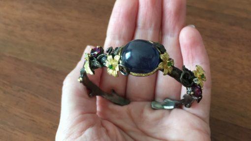 Серебряный браслет-обруч с крупным сапфиром