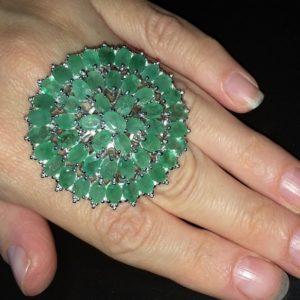 Коктейльное кольцо из серебра с изумрудами