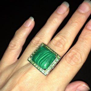 Серебряное кольцо с малахитом и хризолитами