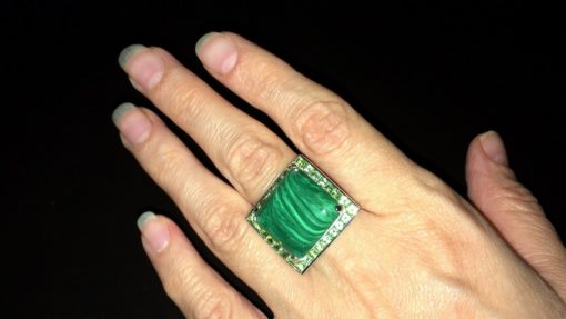 Серебряный перстень с малахитом и хризолитами