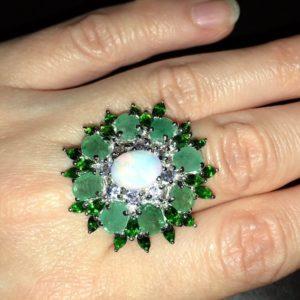 Коктейльное кольцо с опалом изумрудами диопсидами танзанитами